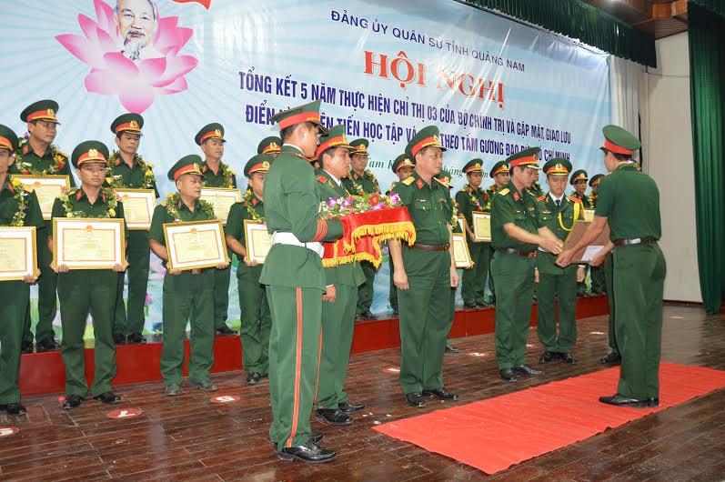 Đảng ủy Quân sự tỉnh khen thưởng cho các cá nhân điển hình tiên tiến trong học tập và làm theo gương Bác.