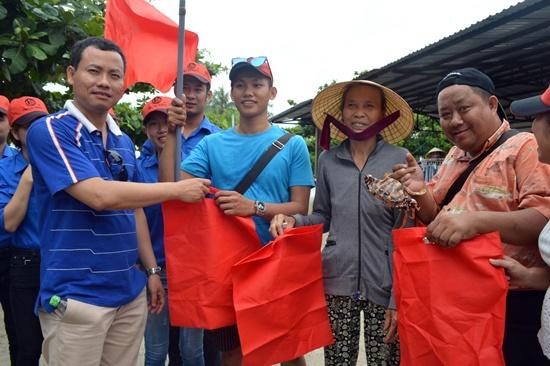 Trao túi vải môi trường cho người dân xã đảo Tam Hải, Núi Thành
