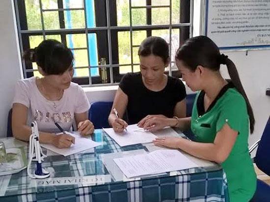 Cán bộ một cửa xã Tam Lãnh, Phú Ninh hướng dẫn người dân ghi tờ khai cấp giấy khai sinh. Ảnh: V.CÔNG
