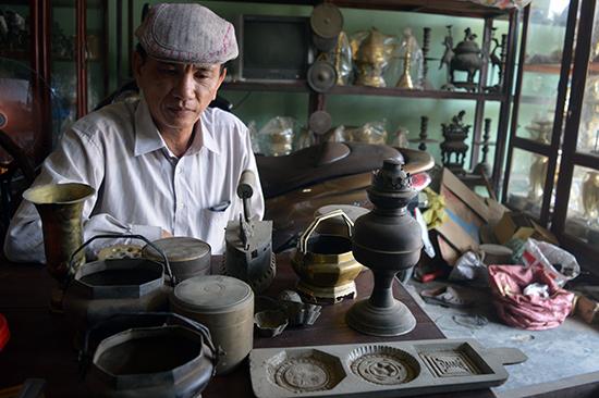 Một vài sản phẩm cổ mà ông Nguyễn Mạnh dự định trưng bày trong bảo tàng nhỏ về làng nghề đúc đồng Phước Kiều.Ảnh: Q.TUẤN