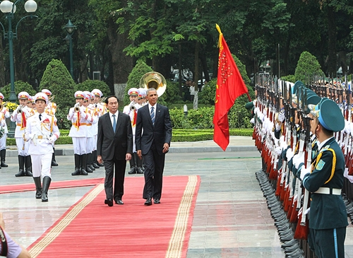 President Trần Đại Quang and President Barrack Obama salute the Guard of Honor this morning as Obama official begins his three-day visit to Việt Nam. — VNA/VNS Photo Trọng Đức
