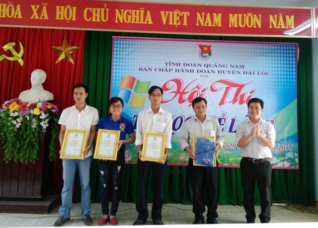 Khen thưởng cho các thí sinh đạt giải tại hội Tin học trẻ huyện Đại Lộc. Ảnh: MỸ LINH