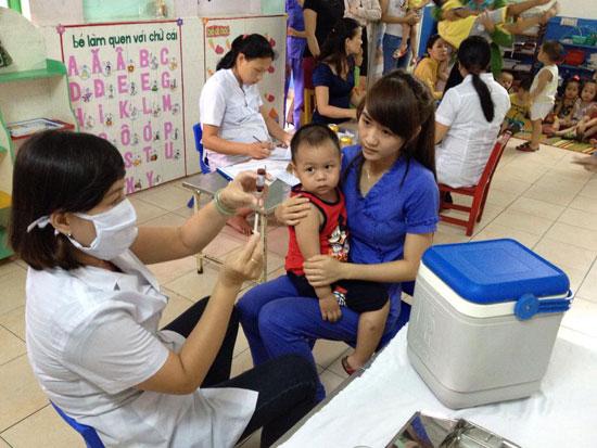 Khám sức khỏe định kỳ cho trẻ tại trường Mầm non Thánh Gióng. Ảnh: L.P