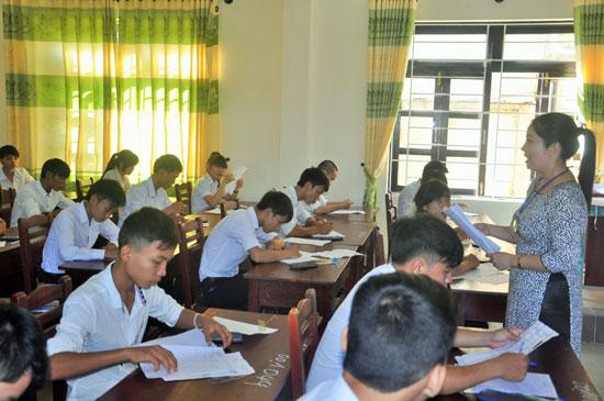 Thí sinh dự thi xét tốt nghiệp THPT năm 2015 tại điểm thi Trường THPT Phan Bội Châu (Tam Kỳ). Ảnh: X.PHÚ
