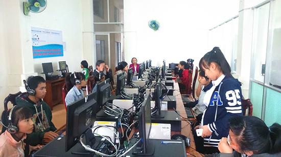 Người dân đến tìm hiểu thông tin tại một điểm truy nhập thuộc Dự án BMGF- VN