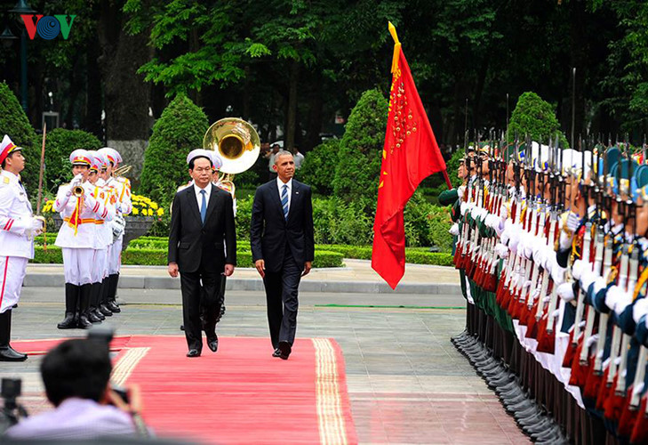President Tran Dai Quang and his US counterpart Obama review the guard of honour
