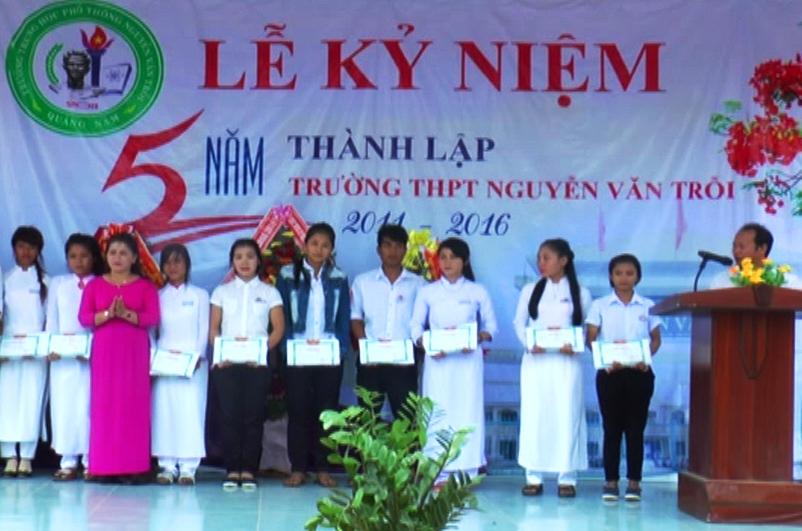 Trao thưởng cho các em học sinh có thành tích cao trong học tập, nhân dịp kỷ niệm 5 năm thành lập trường. Ảnh: K.N