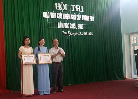 """Trưởng phòng GD-ĐT Tam Kỳ trao giải nhất cho 2 thí sinh đoạt giải tại cuộc thi """"Giáo viên chủ nhiệm lớp giỏi"""" cấp thành phố. Ảnh: C.N"""