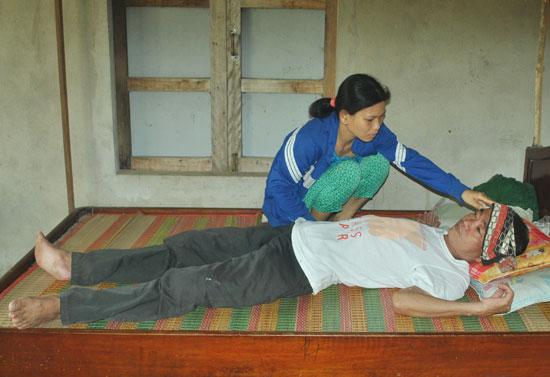Chị Hiếu dù mang trọng bệnh nhưng cố gắng gượng chăm sóc chồng u não giai đoạn cuối. Ảnh: P.L