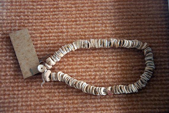 Chuỗi trang sức vỏ ốc có qua chế tác của người Sa Huỳnh.