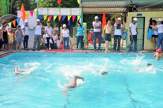 Ngay sau lễ ra mắt, đông đảo học sinh và thầy cô đã thể hiện kỹ năng bơi của mình
