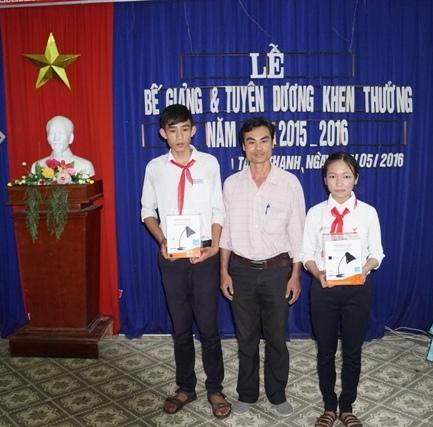 Ông Phạm Phú Hiển - Giám đốc Công ty TNHH TM-DV Phú Hiển Lighting trao quà cho học sinh Trường THCS Thái Phiên (Tam Kỳ). ảnh: Điện Ngọc.