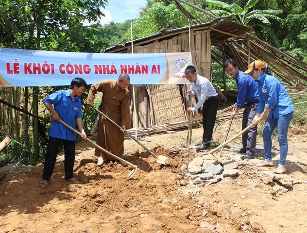 Khởi công xây dựng nhà nhân ái cho em Phạm Văn Hùng. Ảnh: THÀNH ĐẠT