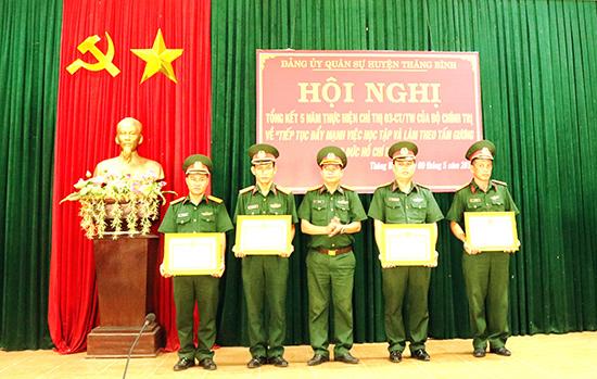 Ban CHQS huyện Thăng Bình khen thưởng cá nhân điển hình tiên tiến trong học tập và làm theo gương Bác Hồ. Ảnh: TH.CHÂU
