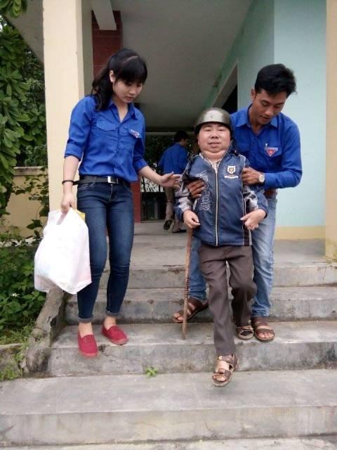Tặng quà cho các em học sinh khuyết tật. Ảnh: MỸ LINH