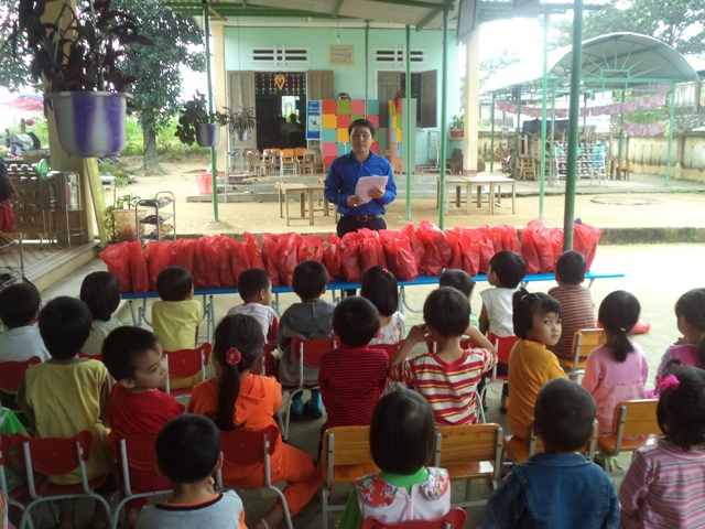 Tặng quà cho các em học sinh có hoàn cảnh khó khăn nhân ngày Quốc tế thiếu nhi 1.6. Ảnh: MỸ LINH