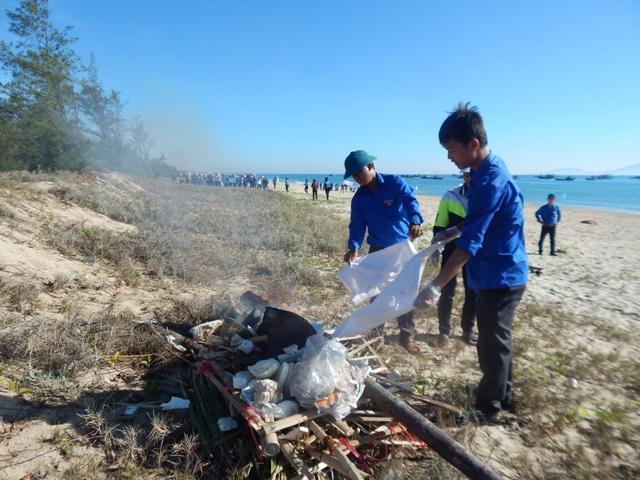 Tuổi trẻ Thăng Bình làm sạch bãi biển Bình Minh. Ảnh: HỮU PHƯỚC