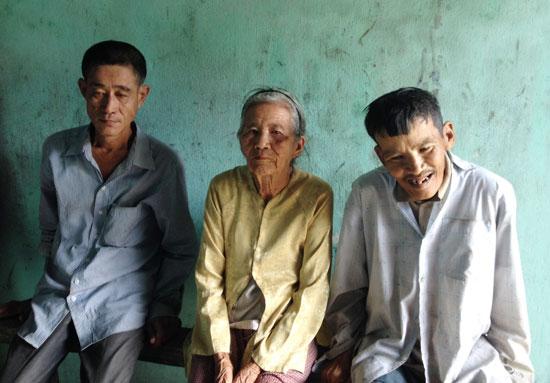 Bà Trần Thị Buội cùng hai người con trai bị tâm thần.Ảnh: NHƯ TRANG