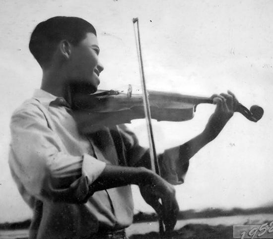 Nhạc công Lê Khuê khi còn trẻ.