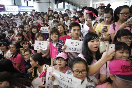 """Một """"rừng"""" fan ngồi đợi sao Hàn. (Ảnh: khampha.vn)"""