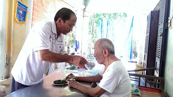Cựu trọng tài Nguyễn Thành Tín chăm sóc người cha đã 98 tuổi.