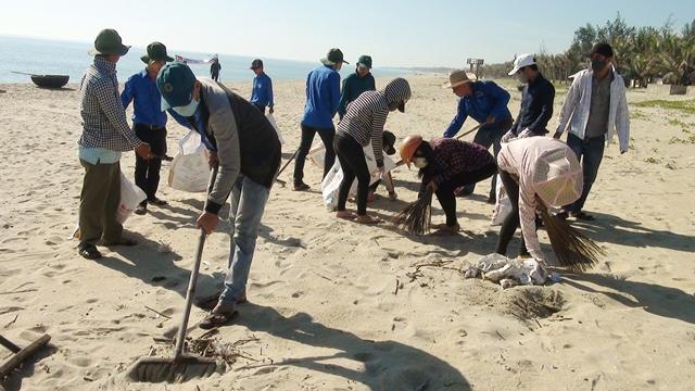 Thanh niên Điện Bàn làm đẹp bãi biển Hà My. Ảnh: LINH NHÂN