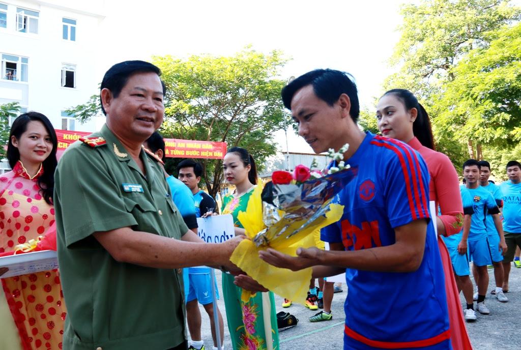 Đại tá Huỳnh Trung Nguyên - Phó Giám đốc Công an tỉnh tặng hoa cho các đội vào vòng chung kết. Ảnh: T.CÔNG