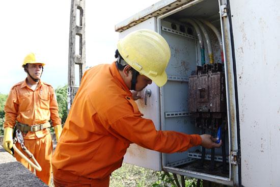 Cán bộ Điện lực Duy Xuyên kiểm tra trạm biến áp cấp điện cho trạm bơm Xuyên Đông. Ảnh: THÀNH CÔNG