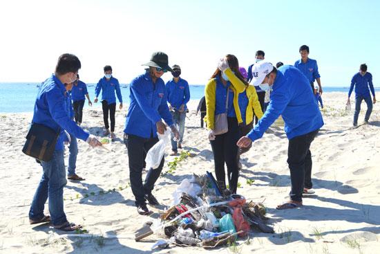 Sinh viên trường Đại học Nội vụ Hà Nội cơ sở miền Trung thu gom rác thải tại Viêm Đông. ảnh: T.C.T