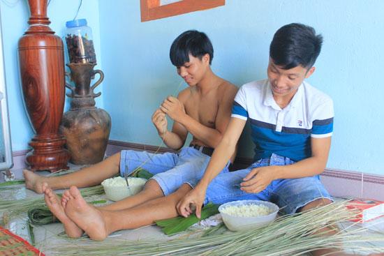 Các em nhỏ cũng phụ giúp làm bánh để kiếm thêm khoản thu nhập cho gia đình. Ảnh: ĐÔNG DƯƠNG
