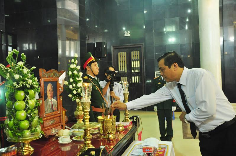 Phó Bí thư Thường trực Tỉnh ủy Phan Việt Cường viếng hương đồng chí Hoàng Minh Thắng. Ảnh: N.Đ
