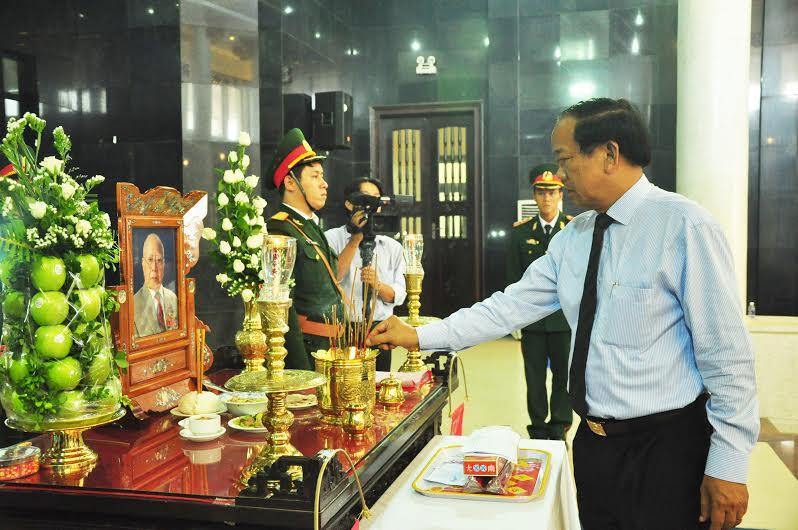 Chủ tịch UBND tỉnh Đinh Văn Thu viếng hương đồng chí Hoàng Minh Thắng.