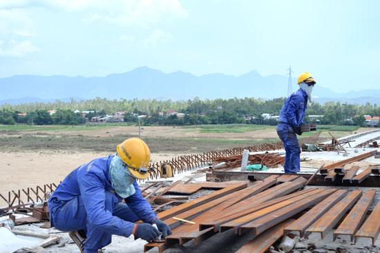 Công nhân trên công trường cầu Giao Thủy. Ảnh: C.T