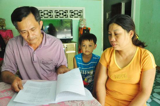 Vợ chồng ông Nguyễn Thanh Lộc cho rằng có sự tắc trách của cơ quan chức năng trong việc điều tra vụ tai nạn giao thông gây ra cái chết của con gái. Ảnh: H.G