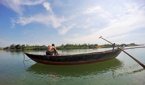 Người dân vùng hạ lưu sông Thu Bồn cặm rớ chờ đón luồng cá de.