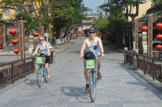Xây dựng môi trường du lịch Hội An phát triển thân thiện, an toàn là mục tiêu mà doanh nghiệp và chính quyền thành phố hướng đến.