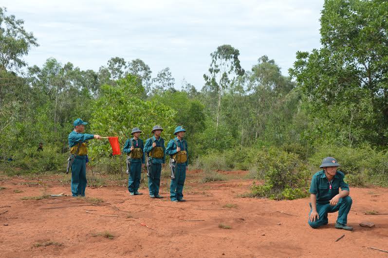 Các thí sinh thực hành phần thi huấn luyện đội ngũ chiến thuật.