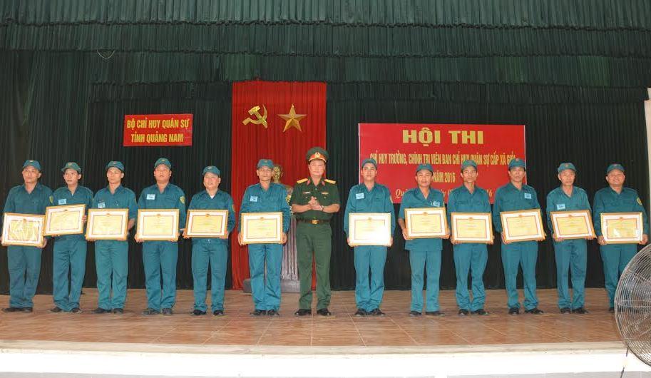 Đại tá Phạm Xuân Thiện - Phó Chỉ huy trưởng, Tham mưu trưởng Bộ CHQS tỉnh tặng giấy khen cho các cá nhân đạt thành tích cao tại hội thi. Ảnh: T.A