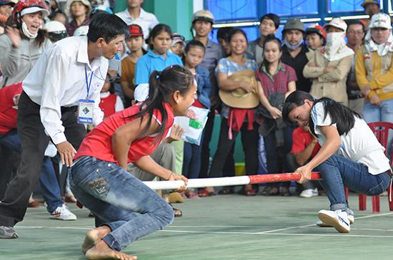 Đẩy gậy - một trong những môn thể thao truyền thống của đồng bào DTTS luôn thu hút đông đảo người xem.