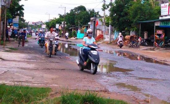 Đoạn đường hư hỏng đầy ổ voi, ổ gà tại tổ 1, thôn Phiếm Ái 1, xã Đại Nghĩa. Ảnh: HOÀNG LIÊN