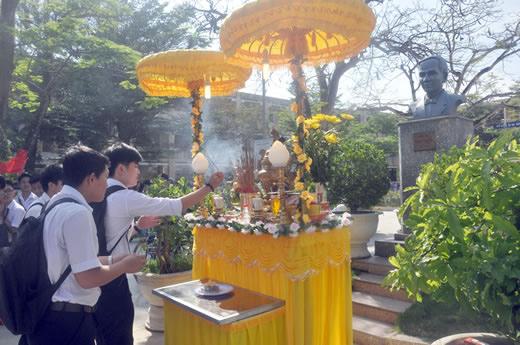 Học sinh Đà Nẵng dâng hương tưởng niệm chí sĩ Thái Phiên. Ảnh B.Đ.N