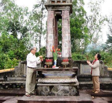 Ngôi mộ chung Thái Phiên - Trần Cao Vân tại Huế.