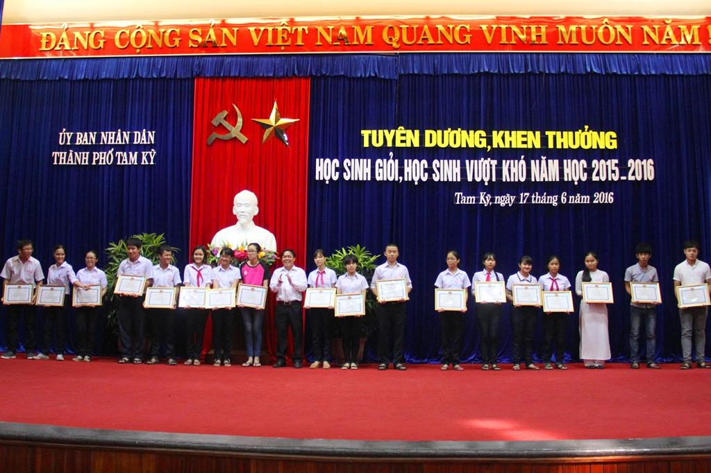 Nhiều em có thành tích cao tại các cuộc thi học sinh giỏi cấp tỉnh, cấp quốc gia nhận thưởng UBND TP.Tam Kỳ. Ảnh: A.N