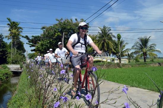 Đi qua những con đường đầy hoa tím