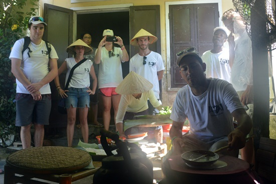 Trải nghiệm tráng mỳ với người dân làng An Mỹ