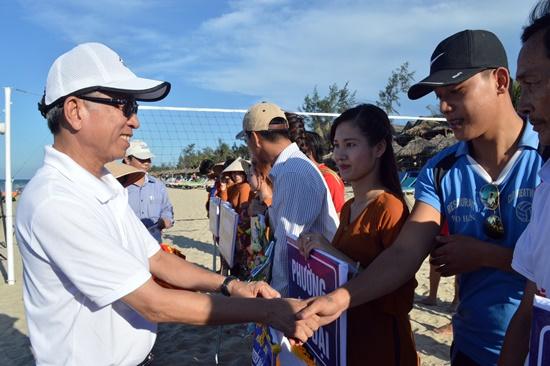 Ban tổ chức trao giấy khen cho các đội tham dự