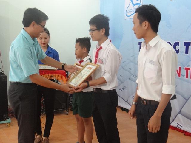 Khen thưởng cho 3 thí sinh đạt giải nhất ở 3 bảng. Ảnh: MỸ LINH