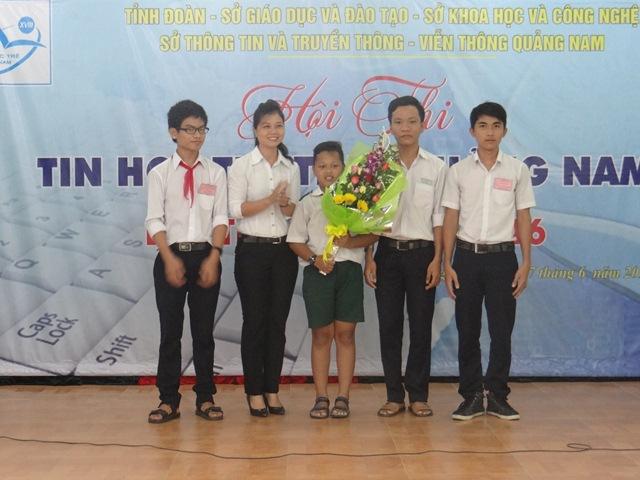 3 thí sinh xuất sắc nhất được chọn vào đội tuyển của tỉnh tham gia hội thi Tin học trẻ toàn quốc. Ảnh: MỸ LINH