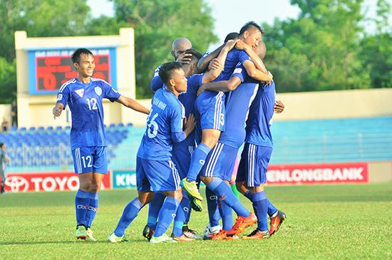 Đồng đội công kênh Văn Thuận sau khi anh chuyền bóng như đặt cho Thanh Trung mở tỷ số