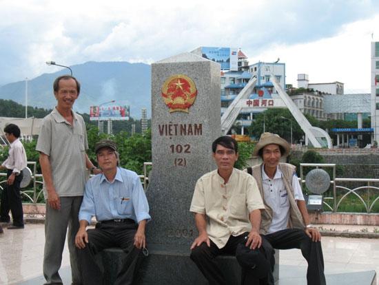 Nhà văn Lê Trâm (thứ 3, từ trái sang) cùng các văn nghệ sĩ Quảng Nam đi thực tế Tây Bắc.Ảnh: P.V.M